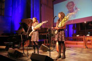 Haddy Njie og Lisa Asaito fikk Teskjekjerringprisen. Foto: Lasse W. Fosshaug.