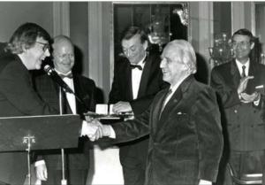 Thorbjørn Egner utnevnes til æresmedlem under NOPAs julebord i 1990. Fra venstre: Sigurd Jansen, Sigmund Groven, Alfred Næss og hovedpersonen selv. Egner døde julaften samme år. Foto: Øyvind Henriksen.