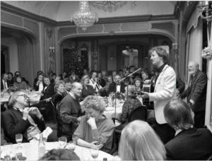 Arne Nordheim koser seg i selskap med populærmusikken og lytter til Øystein Sunde, som fremfører «Smi mens liket er varmt» under NOPAs julebord i 1989. Foto: Øyvind Henriksen.