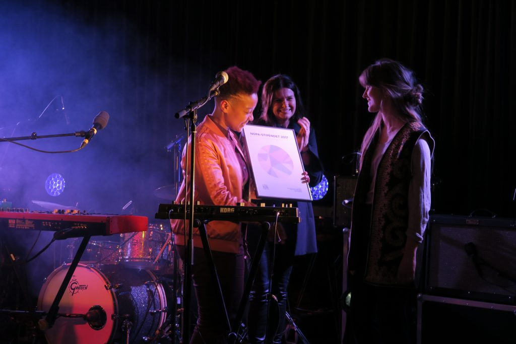Miss Tati overrekker diplomet til Jenny Konradsen. Foto: Lasse W. Fosshaug